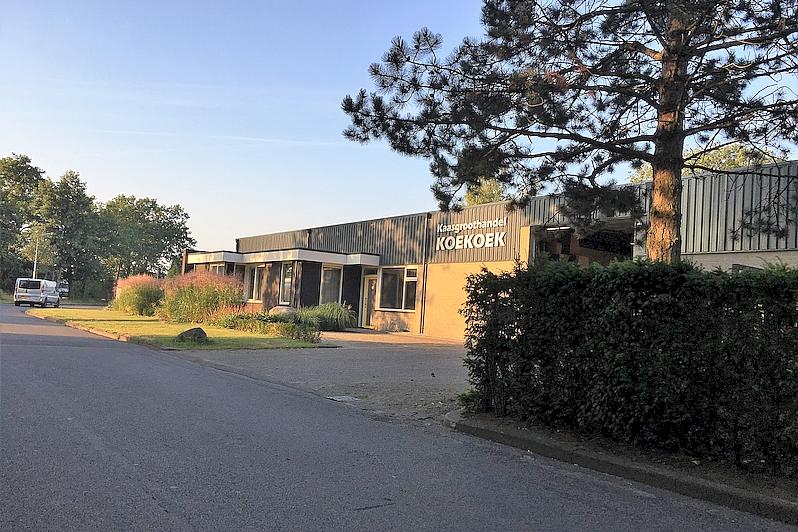 Straatzijde loods en kantoor kaasgroothandel Koekoek Hoogeveen